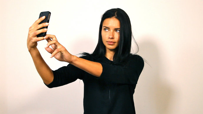 Supermodel-Adriana-Lima-selfie  How to take a selfie like a SUPERMODEL Adriana Lima selfie