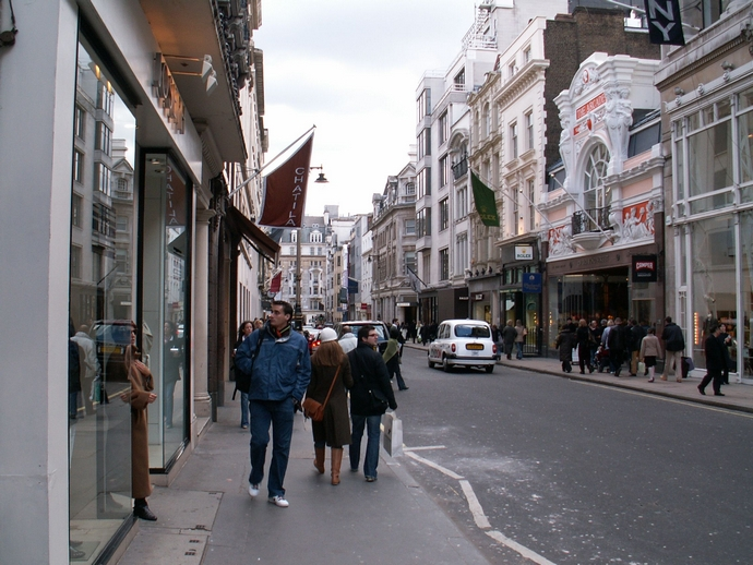 Avenue-Montaigne-top-shopping-streets-in-the-world-fashion-design-weeks