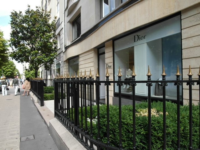 Avenue-Montaigne-top-shopping-streets-in-the-world-fashion-design-weeks  TOP SHOPPING STREETS IN THE WORLD Avenue Montaigne top shopping streets in the world fashion design weeks