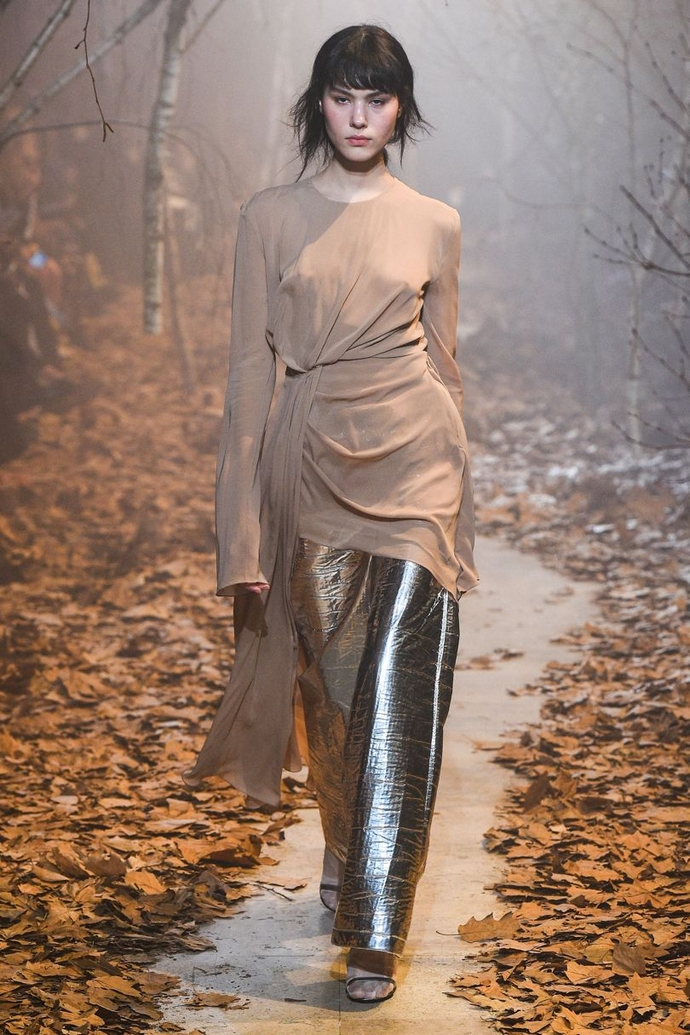 Fashion Trends for Fall Winter 2017 With Metallic Glaze ➤ To see more news about fashion visit us at www.fashiondesignweeks.com #fashiontrends #fashiontips #celebritystyle #elisabethmoments #fashiondesigners @fashiondesignweeks @elisabethmoments Fashion Trends for Fall Winter 2017 Fashion Trends for Fall Winter 2017 With Metallic Glaze Fashion Trends for Autumn Winter 2017 With Metallic Glaze 17