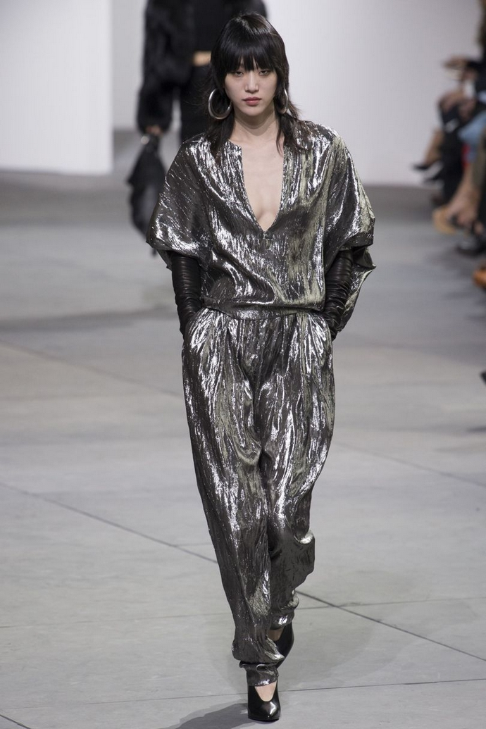 Fashion Trends for Autumn Winter 2017 With Metallic Glaze ➤ To see more news about fashion visit us at www.fashiondesignweeks.com #fashiontrends #fashiontips #celebritystyle #elisabethmoments #fashiondesigners @fashiondesignweeks @elisabethmoments Fashion Trends for Fall Winter 2017 Fashion Trends for Fall Winter 2017 With Metallic Glaze Fashion Trends for Autumn Winter 2017 With Metallic Glaze 7