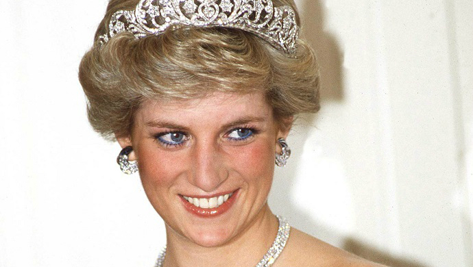 Celebrity Style - Most Iconic Dresses From Princess Diana ➤ To see more news about fashion visit us at www.fashiondesignweeks.com #fashiontrends #fashiontips #celebritystyle #elisabethmoments #fashiondesigners @fashiondesignweeks @elisabethmoments
