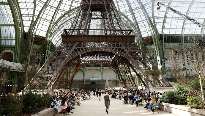 First Highlights From Chanel Fall 2017 Couture Show ➤ To see more news about fashion visit us at www.fashiondesignweeks.com #fashiontrends #fashiontips #celebritystyle #elisabethmoments #fashiondesigners @fashiondesignweeks @elisabethmoments Chanel Fall 2017 Couture Show First Highlights From Chanel Fall 2017 Couture Show feat 2