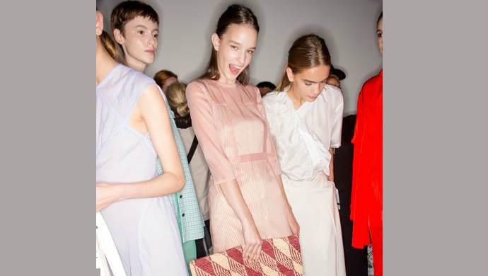 5 Fashion Tips By Victoria Beckham For Spring Summer 2018 ➤ To see more news about fashion visit us at www.fashiondesignweeks.com #fashiontrends #fashiontips #celebritystyle #elisabethmoments #fashiondesigners @fashiondesignweeks @elisabethmoments Spring Summer 2018 5 Fashion Tips By Victoria Beckham For Spring Summer 2018 feat